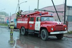 Спасатели МЧС России ликвидируют пожар в частном производственном здании, жилом доме и грузовом автомобиле в Промышленновском МО