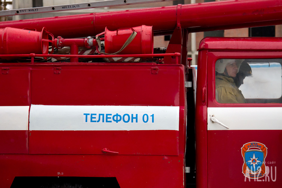 Спасатели МЧС России ликвидировали пожар в частной хозяйственной постройке в Мысковском ГО