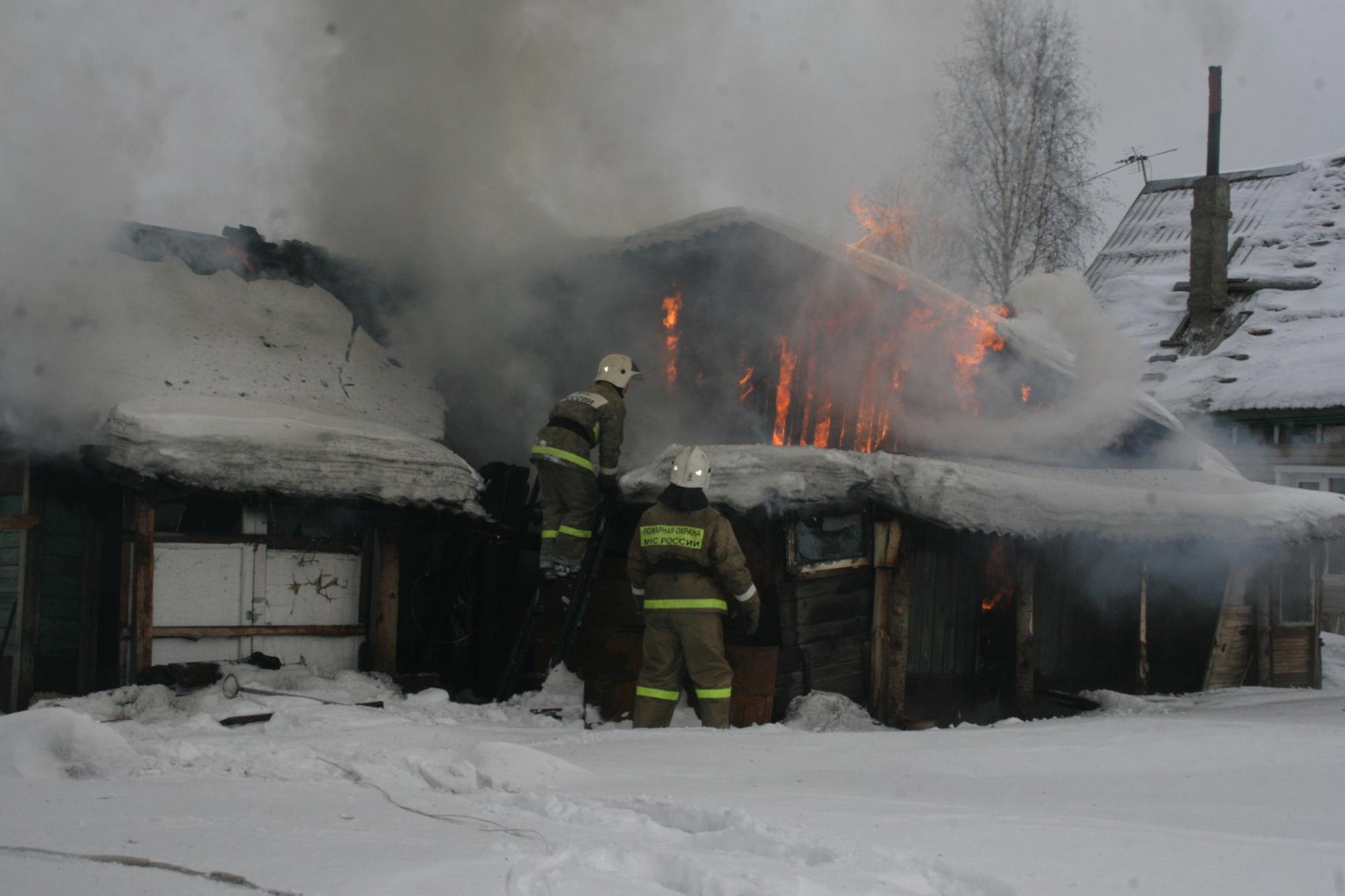 Спасатели МЧС России ликвидировали пожар в частных хозяйственных постройках в Кемеровском ГО