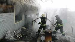 Спасатели МЧС России ликвидировали пожар в частном легковом автомобиле и гараже в Яшкинском МО
