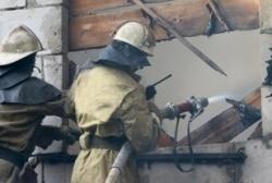 Спасатели МЧС России ликвидировали пожар в частных хозяйственных постройках в Таштагольском МР