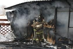 Спасатели МЧС России ликвидировали пожар в частной хозяйственной постройке Таштагольском МР