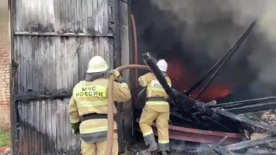 Спасатели МЧС России ликвидировали пожар в нежилом здании в Таштагольском МР