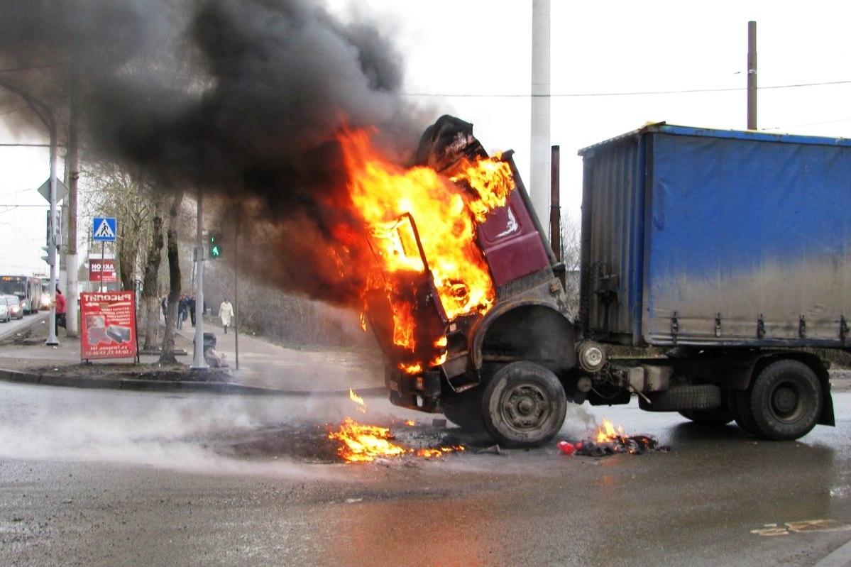 Спасатели МЧС России ликвидировали пожар в грузовом автомобиле в Мысковском ГО