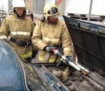 Спасатели МЧС России ликвидировали пожар в легковом грузовом автомобиле в Осинниковском ГО