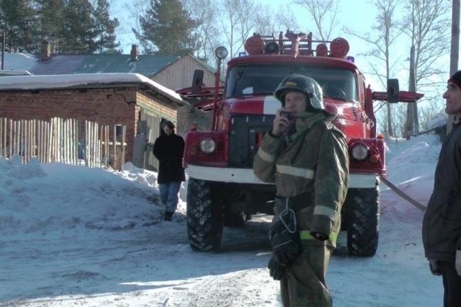 Спасатели МЧС России ликвидировали пожар в частном жилом доме, хозяйственных постройках в Беловском МР