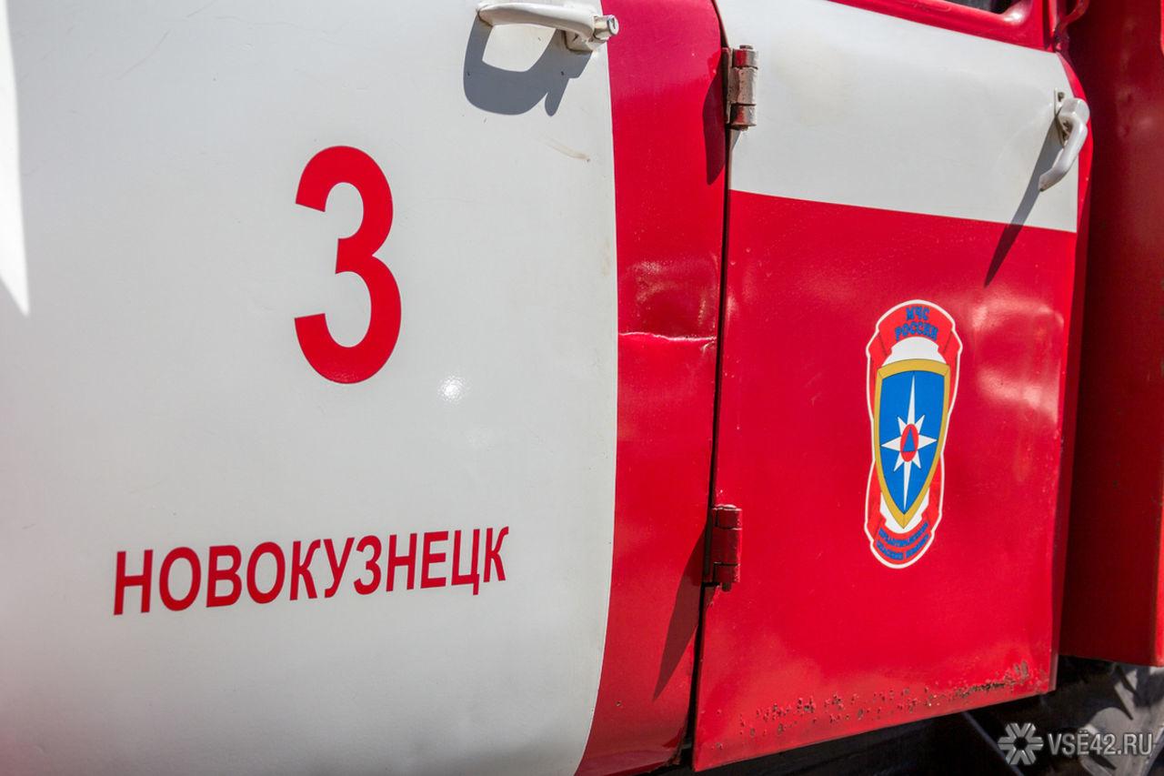 Спасатели МЧС России ликвидировали пожар в нежилом здании в Новокузнецком ГО