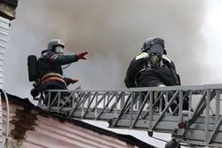 Спасатели МЧС России ликвидировали пожар в частном жилом доме и в хозяйственных постройках в Топкинском МО