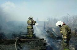 Спасатели МЧС России ликвидировали пожар в частных хозяйственных постройках в Беловском ГО