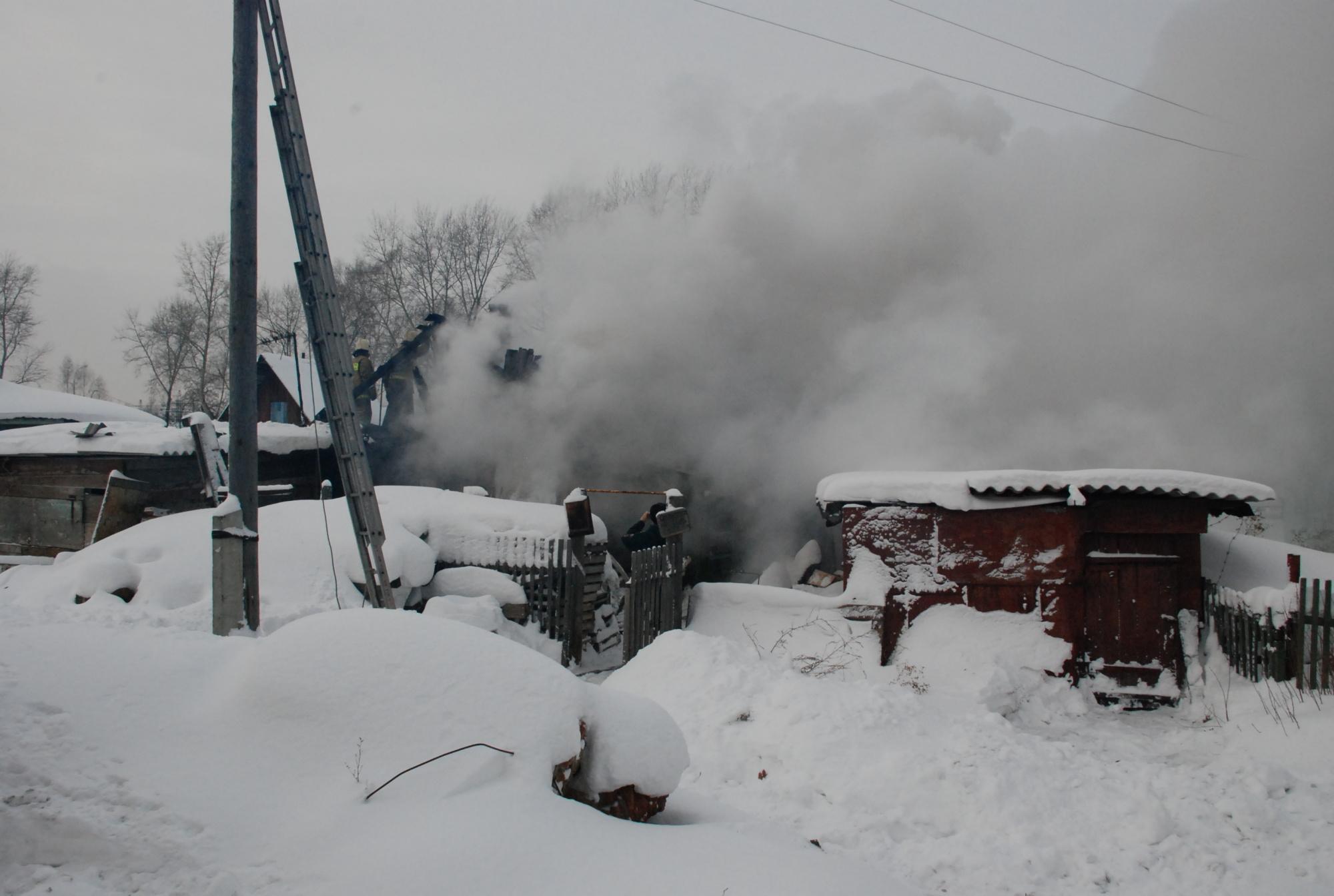 Спасатели МЧС России ликвидировали пожар в частной хозяйственной постройке в Ижморском МО