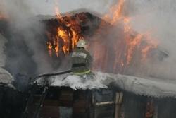 Спасатели МЧС России ликвидировали пожар в частном жилом доме и в хозяйственных постройках в Ижморском МО