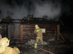 Спасатели МЧС России ликвидировали пожар в частных садовых домах в Березовском ГО