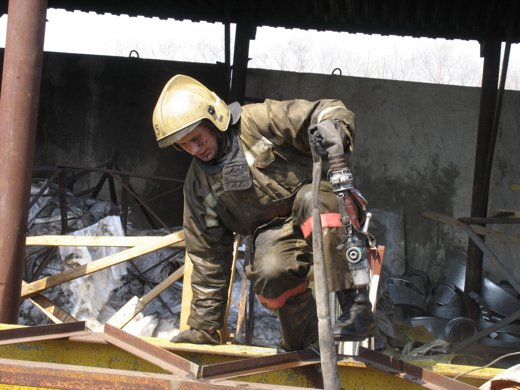 Спасатели МЧС России ликвидировали пожар в частных хозяйственных постройках и автомобиле в Промышленовском МО