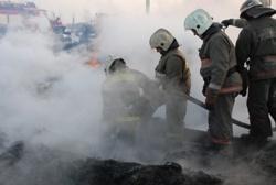 Спасатели МЧС России ликвидировали пожар в частном двухквартирном жилом доме и бесхозном доме в Тисульском МО