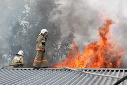 Спасатели МЧС России ликвидировали пожар в частном садовом доме в Крапивинском МО
