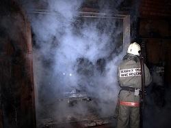 Спасатели МЧС России ликвидировали пожар в частной хозяйственной постройке в Топкинском МО