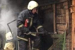 Спасатели МЧС России ликвидировали пожар в частном нежилом доме в Таштагольском МР