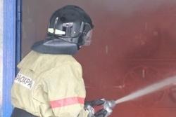 Спасатели МЧС России ликвидировали пожар в частном нежилом здании, микроавтобусе в пгт Краснобродский