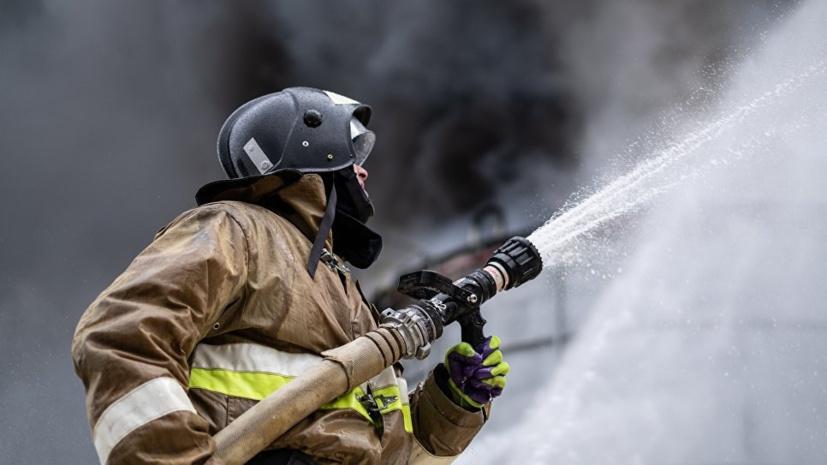 Спасатели МЧС России ликвидировали пожар в частном неэксплуатируемом здании в Топкинском МО
