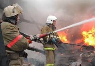 Спасатели МЧС России ликвидировали пожар в частных хозяйственных постройках в Топкинском МО