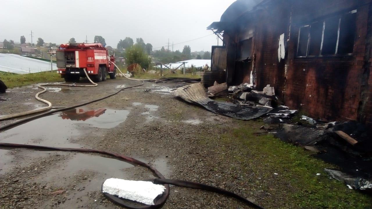 Спасатели МЧС России ликвидировали пожар в частном нежилом здании в Березовском ГО