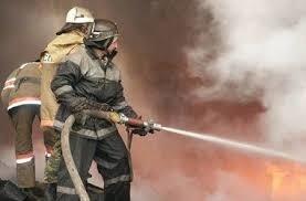 Спасатели МЧС России ликвидировали пожар в частных хозяйственных постройках в Беловском МР